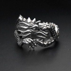 Anneau en argent représentant un dragon enroulé