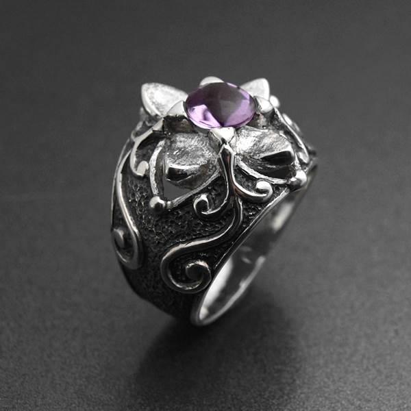 Bague gothique en argent représentant une fleur noire avec améthyste