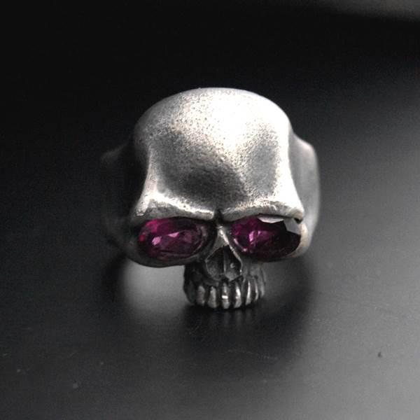Bague tête de mort pierres yeux grenat rhodoite