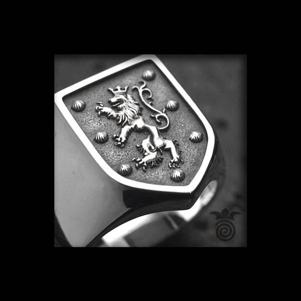 Chevalière blason familial lion bas-relief argent