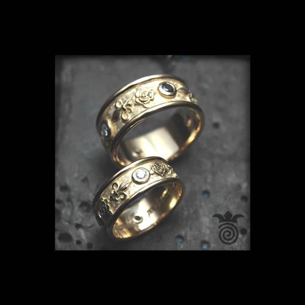 Duo d'alliances roses et fleurs de Lys or jaune et diamants