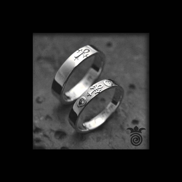 Duo d'alliances symbole personnalise or blanc 750 et diamants