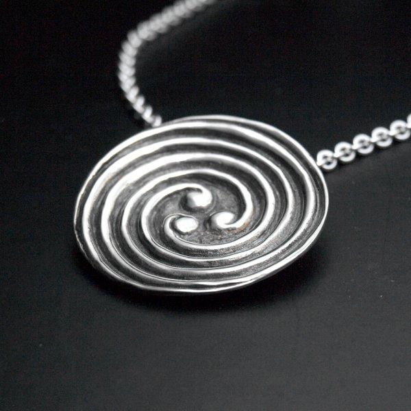 Pendentif médaillon triple spirale celte